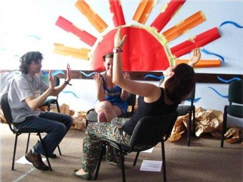 Uczestnicy pokazują  najbardziej charakteryzując scenę, którą odgrywali